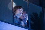 Nono en Felix kijken door raam